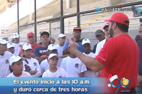 Oswaldo Guillén compartió sus secretos con niños beisbolistas en Cali