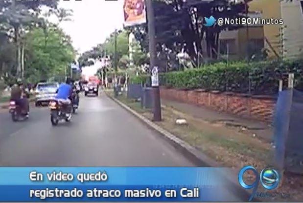 En video registran atraco masivo en calle del sur de Cali