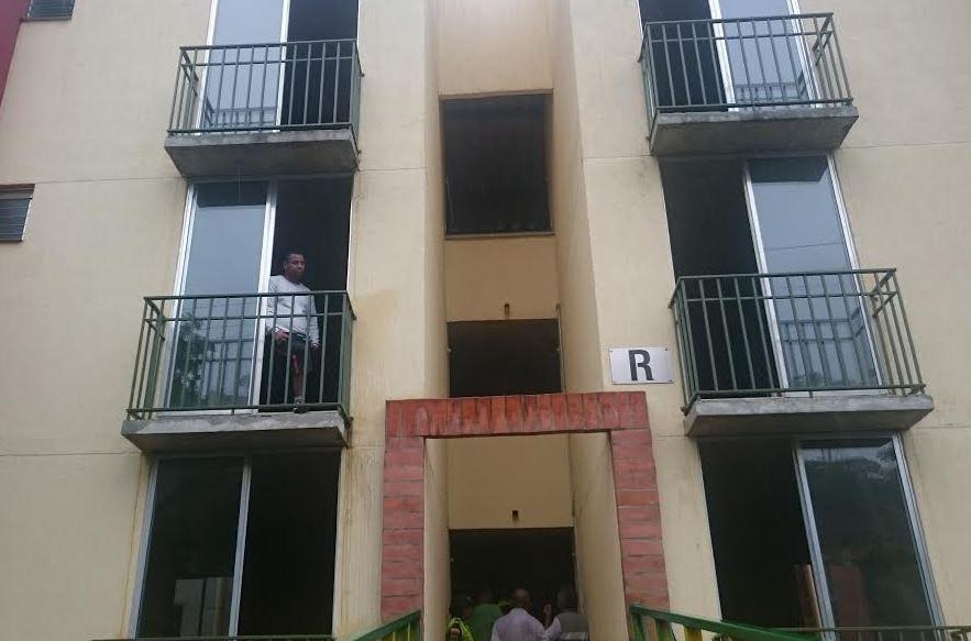 60 personas se tomaron apartamentos en Altos de Santa Elena