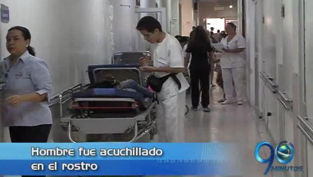 Médicos del HUV intentan salvar la vida a hombre de una puñalada