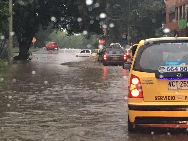 Caos en la movilidad por fuertes lluvias en la mañana del miércoles