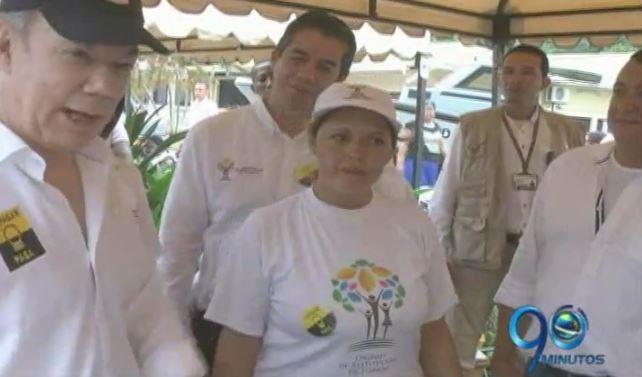 Presidente Santos entrega ayudas a pescadores y agricultores en Tumaco