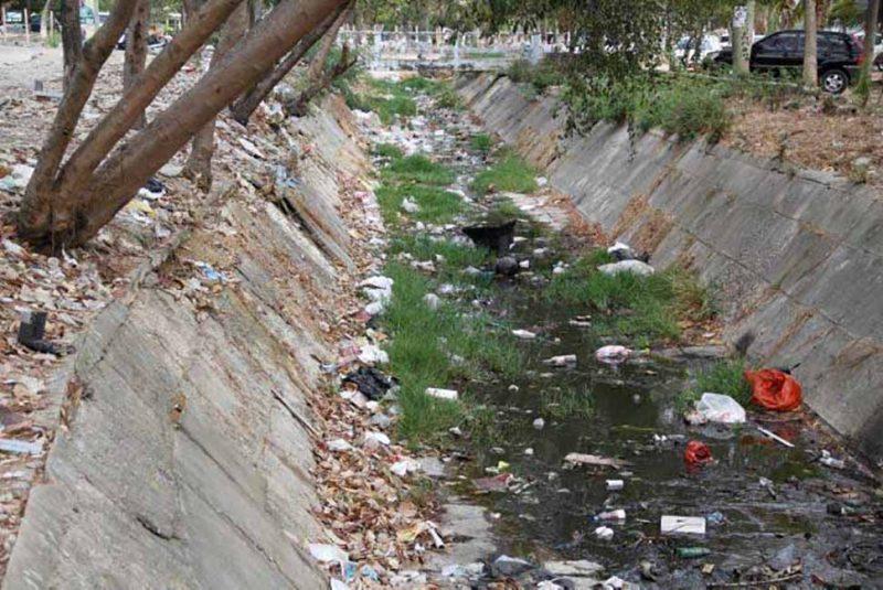 Cubrirán tramos de canales de agua para evitar que se vuelvan basureros