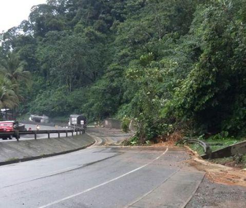 Fuerte lluvia ocasionó dos derrumbes en la vía a Buenaventura