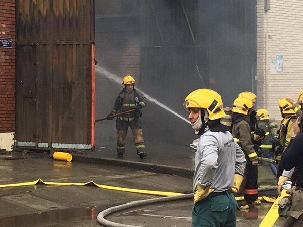 Incendio en bodega de pañales se reactivó esta mañana