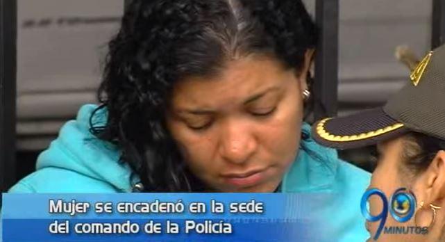 Mujer se encadena a la sede del comando de la Policía del Valle