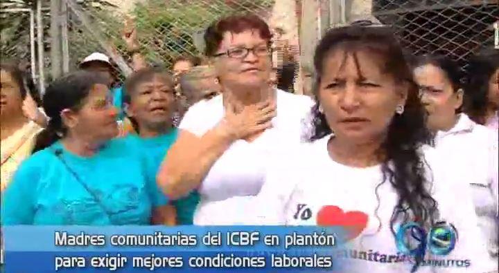 Madres comunitarias realizaron plantón ante la sede del ICBF