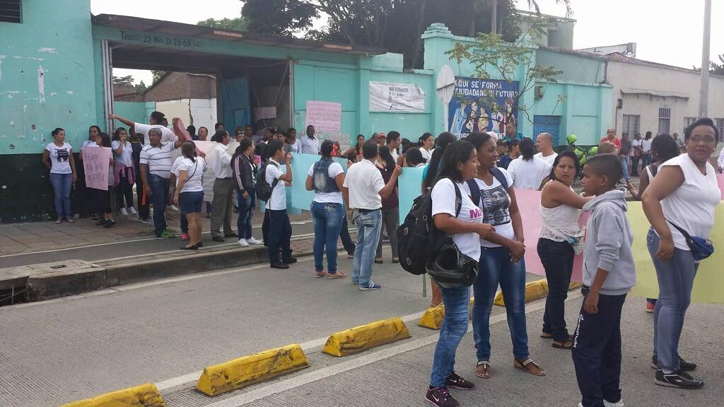 Estudiantes del oriente protestan por mal estado del colegio