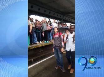 Usuarios del Mío protestaron por demoras en la estación Menga
