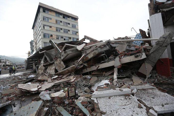 Comerciantes que perdieron tiendas en terremoto levantan puestos en Ecuador