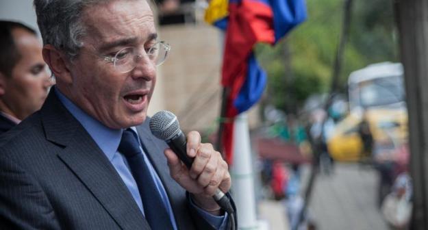 Uribe responde en Twitter contra Presidente Santos.