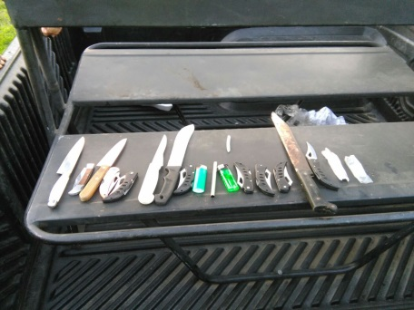 Policía decomisó armas blancas y alucinógenos en buses de hinchas del Cali