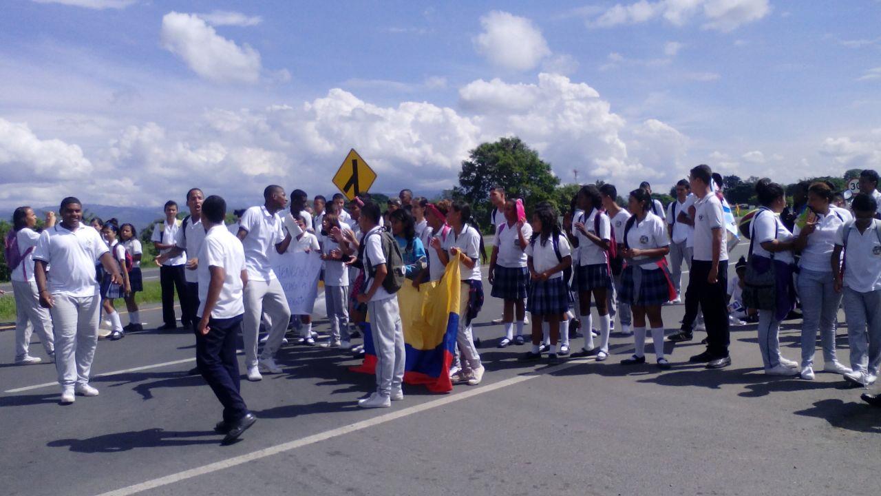 Estudiantes de Guacarí bloquearon la vía Panamericana