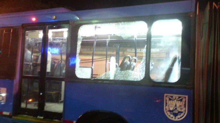 20 hinchas del América de Cali atacaron a piedra a un bus del Mío