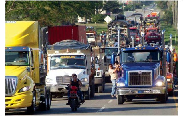 Agremiaciones de camioneros continúan en paro nacional tras 8 días