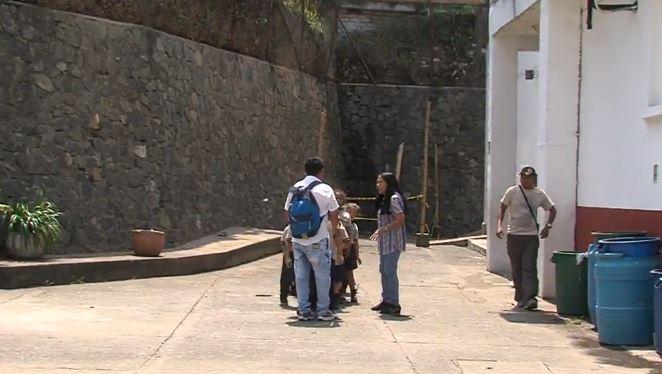 Habitantes en alerta por posible caída de un muro de un colegio en la ladera