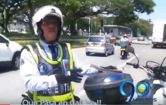 Mire la peculiar forma en que este guarda puso un comparendo