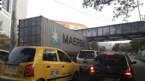 ¡Otra vez! Dos camiones provocaron problemas de movilidad