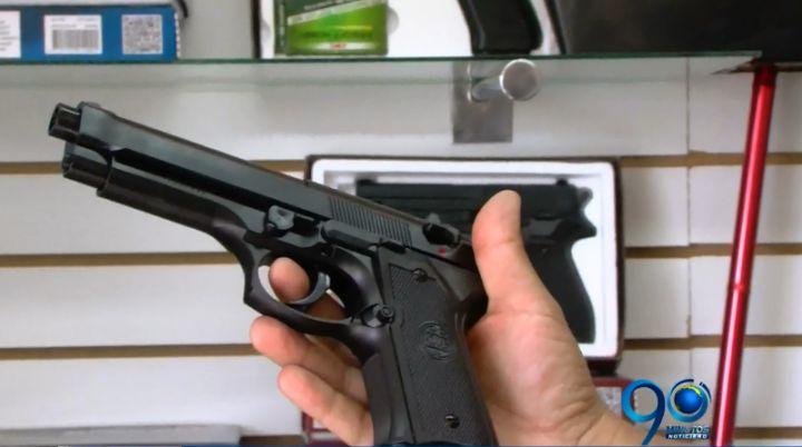 Uso y compra de pistolas de fogueo genera polémica en Cali por índices de violencia