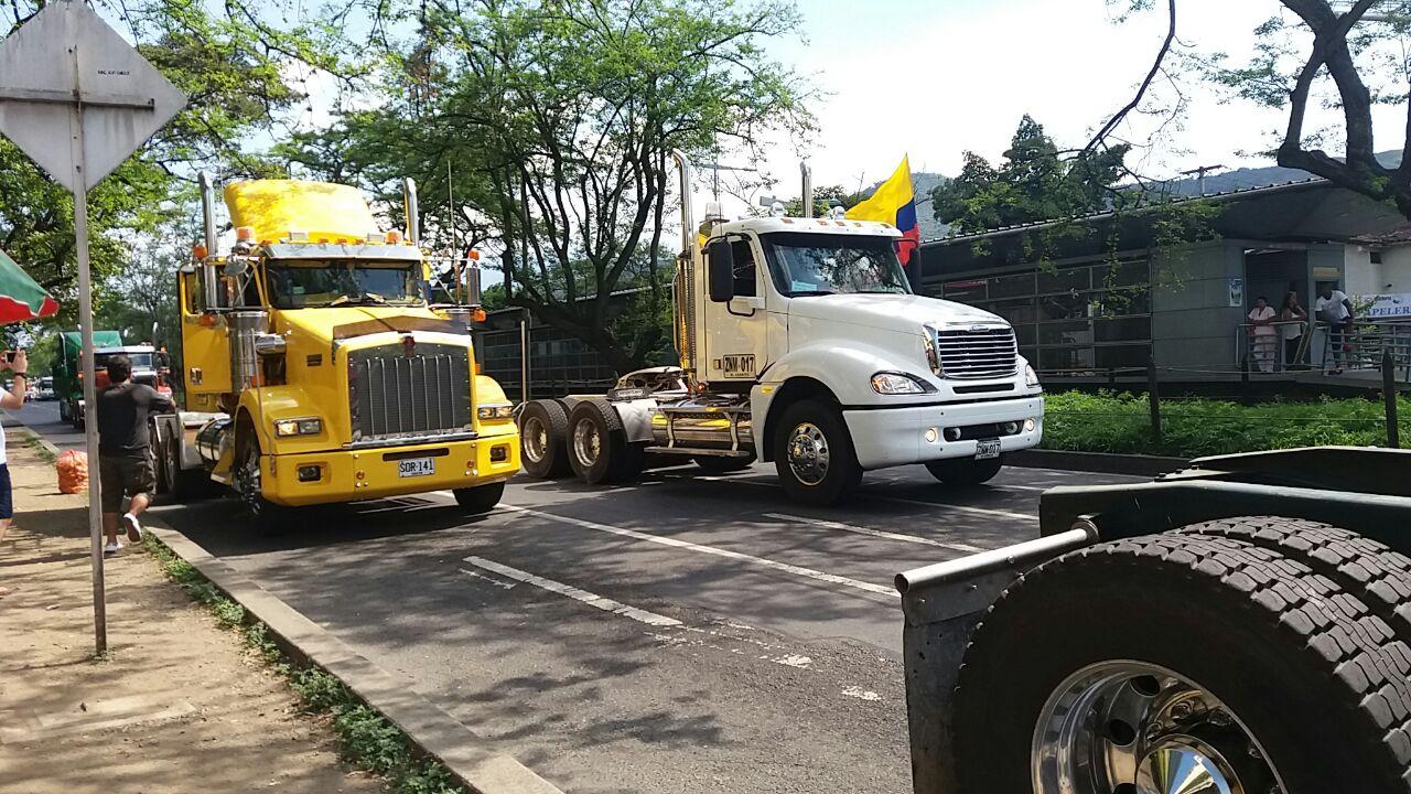 Por lo menos 50 camiones marcharon, en protesta, al norte de Cali