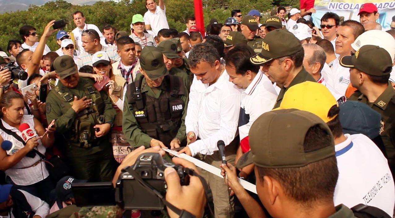 Miles de venezolanos entran a Colombia tras apertura de frontera