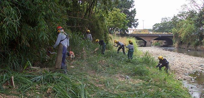 Bomberos se suman a campaña para limpiar el río Cali