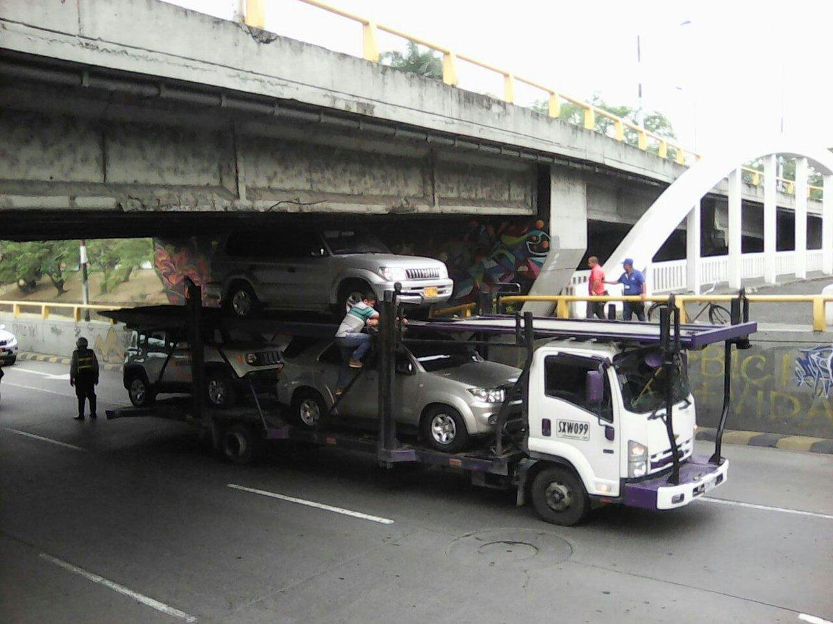 Vuelve y Juega, camión queda atascado bajo puente vehicular