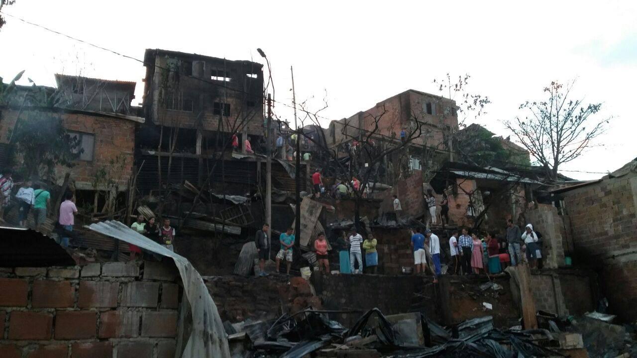 30 casas resultaron afectadas tras incendio en Las Palmas