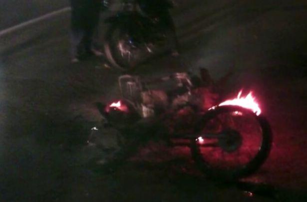 Barra del América devolvió moto a ciudadano que se la habían quemado