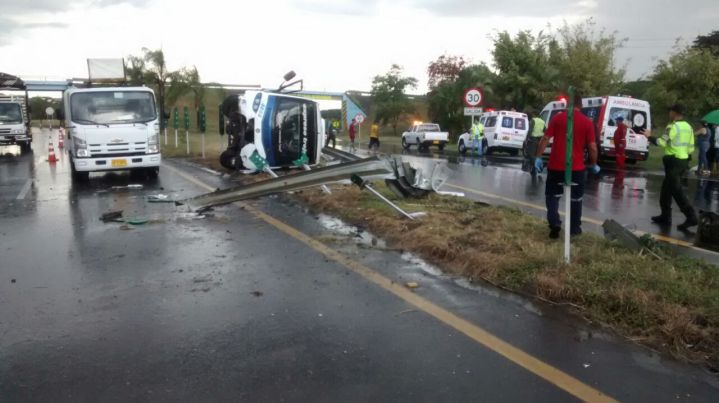 Muere mujer embarazada en accidente de buseta en Tuluá