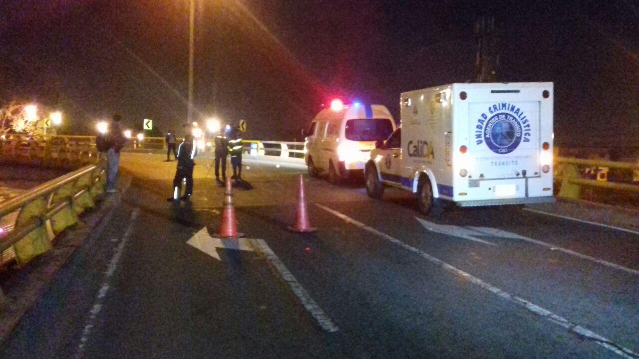 Patrullero de la policía muere tras caer de puente vehicular de la 70