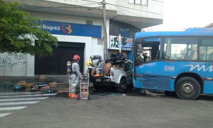 Once heridos por choque entre camioneta y bus del Mío
