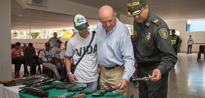 40 jóvenes expandilleros entregaron armas como gesto de paz
