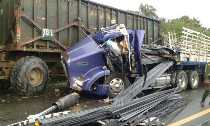 Choque entre tractocamión y tren cañero dejó una persona muerta