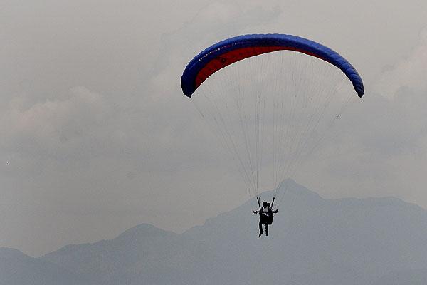 Dos parapentistas lesionados en El Cerrito tras caer a 25 metros de altura