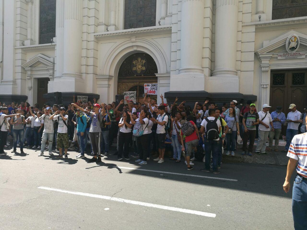 Estudiantes y trabajadores del Sena se toman la Catedral de Cali