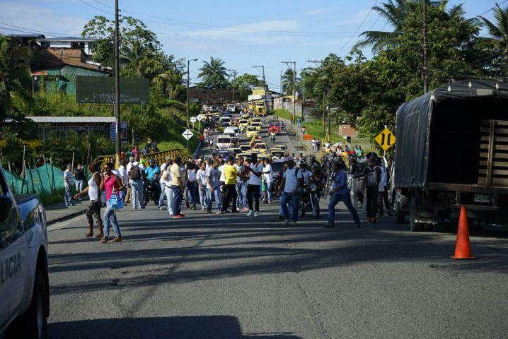 Taxistas bloquean entrada a Buenaventura pidiendo intervención en las vías