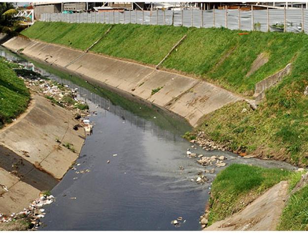 Quejas de la Comuna 2 por canal convertido en acumulador de basuras