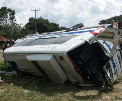 Buseta intermunicipal se volcó en vía Yumbo–Rozo por exceso de velocidad