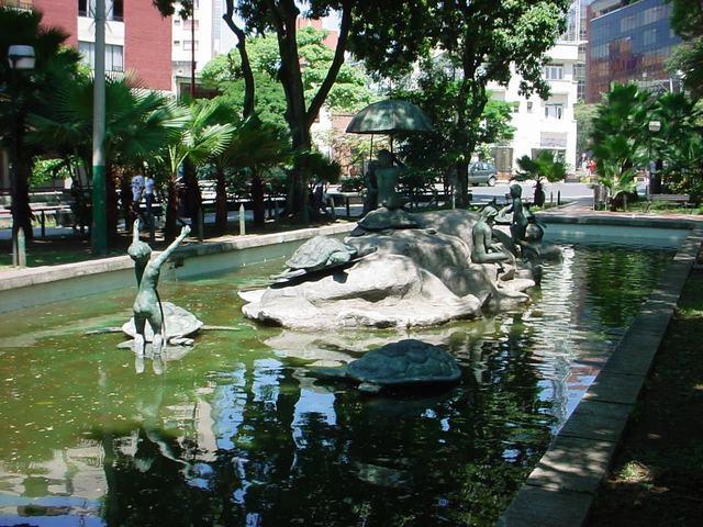 Monumento 'La Infancia' de la Avenida Sexta está reducido a escombros