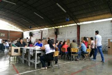 Lluvia marca la jornada del plebiscito en Colombia que transcurre en calma
