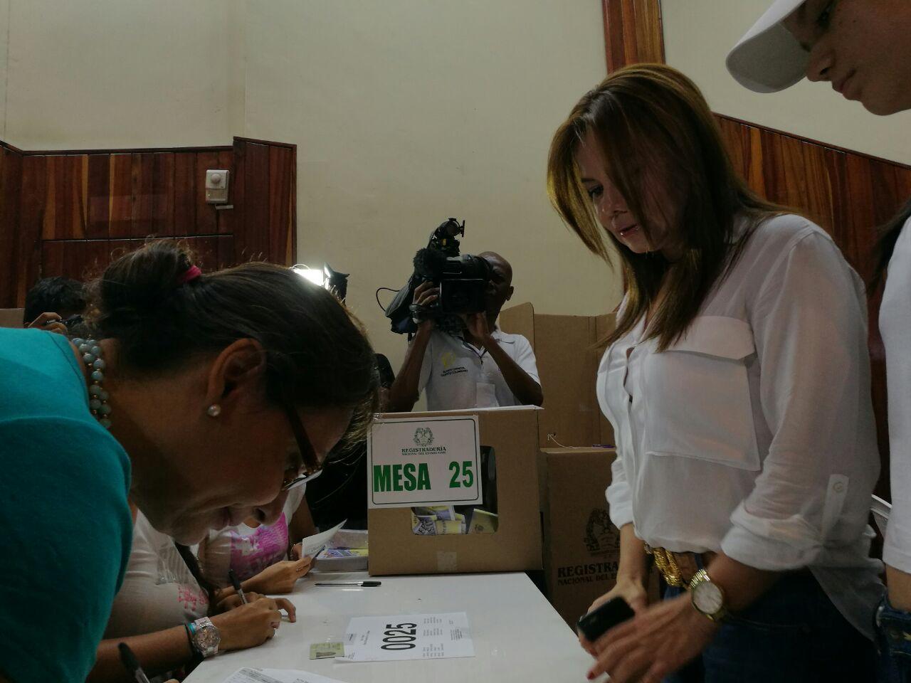 Víctimas de la guerra votan en la jornada electoral del plebiscito por la paz