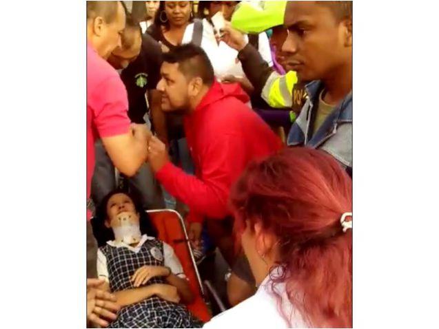 En video: guerra entre ambulancias por traslado de niña herida