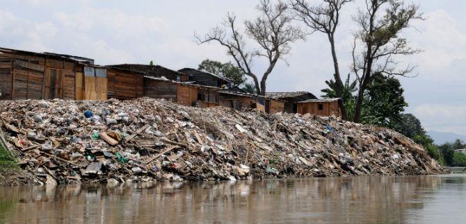 Desalojan cerca de 200 familias asentadas en el Jarillón del Río Cauca