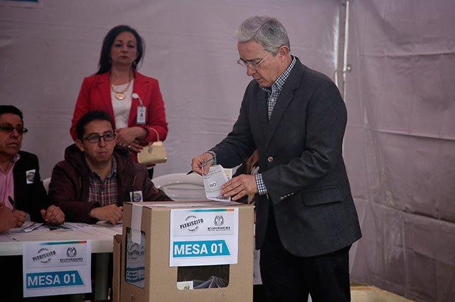Manteniendo su postura crítica sobre el acuerdo, Uribe votó en Bogotá