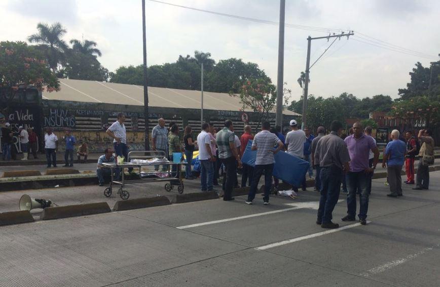 Trabajadores del HUV bloquearon Calle 5ta por despido masivo