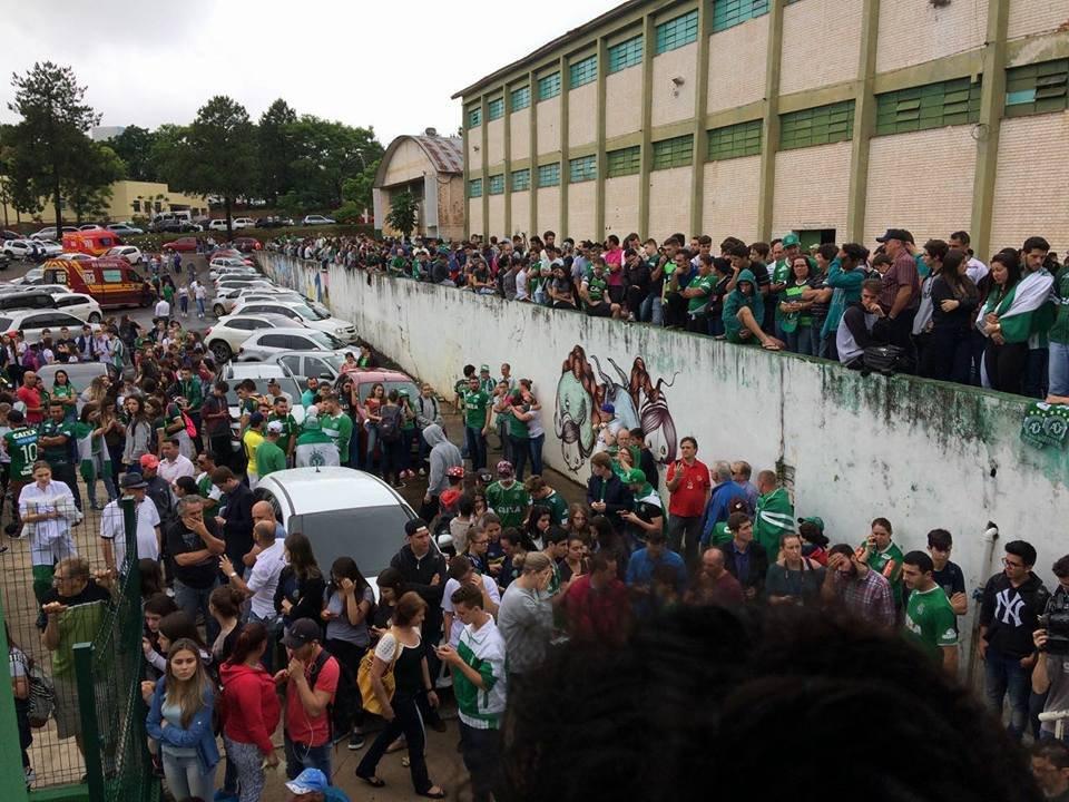 Cientos de hinchas y familiares hacen vigilia frente a sede del Chapecoense