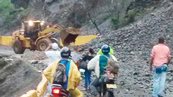 Derrumbe en la vía Buenaventura dejó atrapado a un camionero