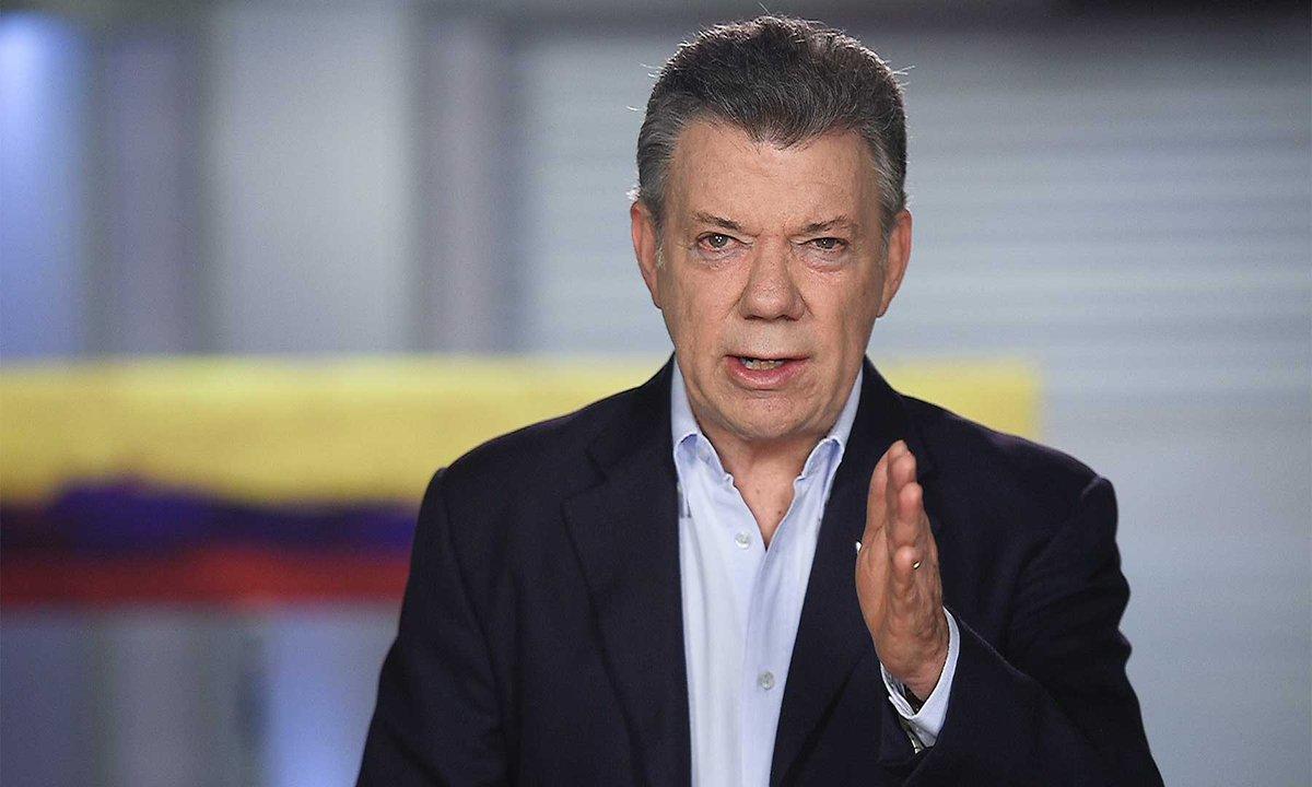 """""""No pretenda usar a Colombia para tapar su revolución fracasada"""": Santos a Maduro"""