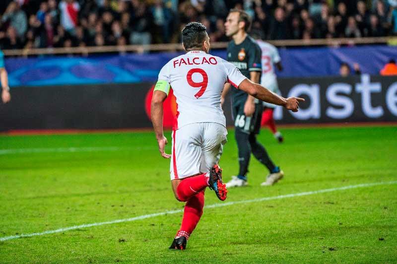 Falcao marcó dos goles en Champions y mira de reojo a la Selección